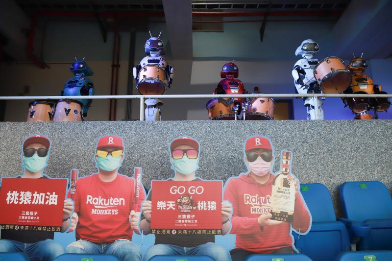 ▲中華職棒開幕戰今開打,受新冠肺炎疫情影響是全球第一個開打的棒球職業聯盟,因不開放球迷進場,球隊陳設假人立牌為球員加油。(圖/記者葉政勳攝 , 2020.04.11)