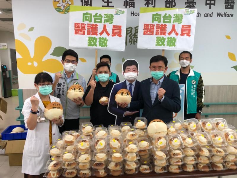 醫護人員加油 黃國書牽線贈「阿中麵包」致敬