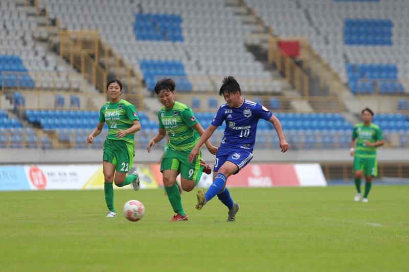 ▲2020木蘭足球聯賽今(11)天在台北田徑場開踢,藍鯨李綉琴。(圖/中華足協提供)