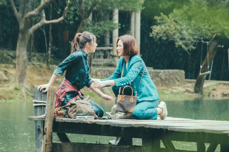 <br> ▲安心亞(右)劇中救妹妹程茉,兩人卻差點一起落水。(圖 / TVBS提供)