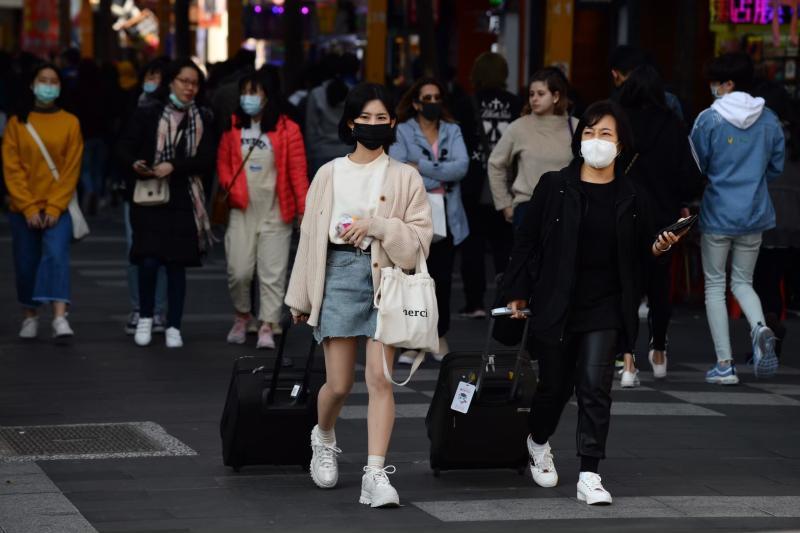 ▲新冠肺炎疫情燒,戴口罩防疫。(圖/記者陳明安攝)