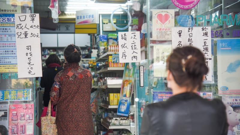 ▲新冠肺炎疫情燒,排隊買口罩(圖/資料照,記者陳明安攝)
