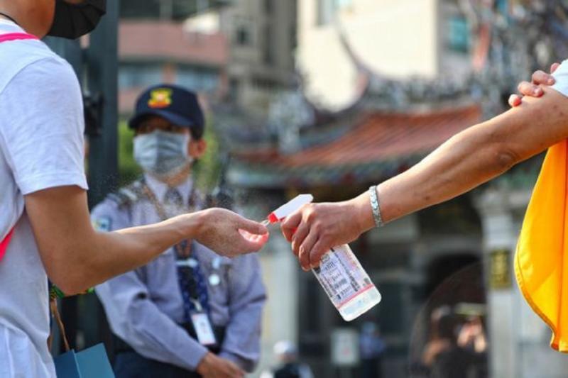 新冠肺炎持續蔓延,酒精、乾洗手都成了防疫的必備品。中央社記者王騰毅攝 109年4月10日