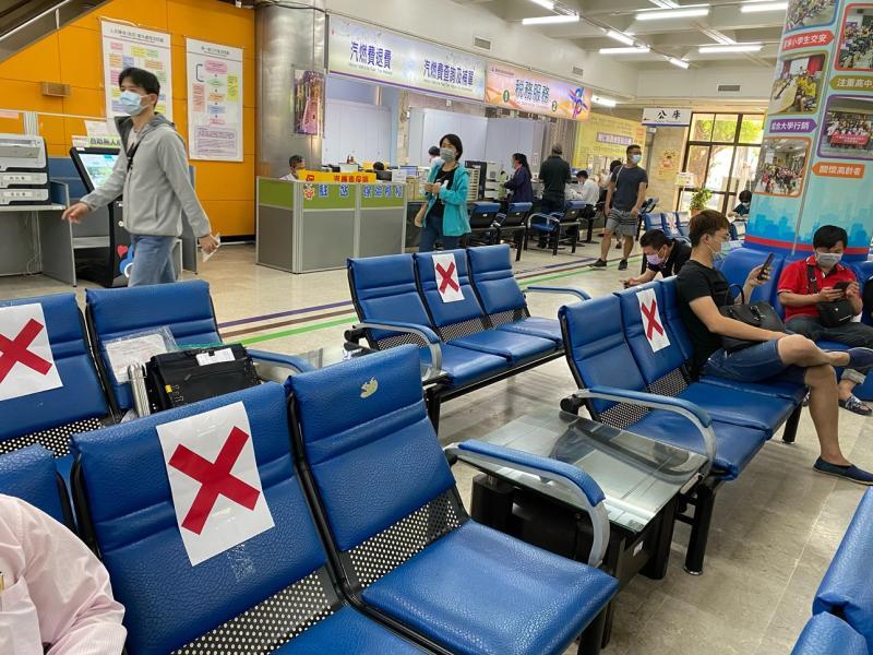 自4月13日起,進入台南監理站全程配戴口罩,並保持安全社交距離
