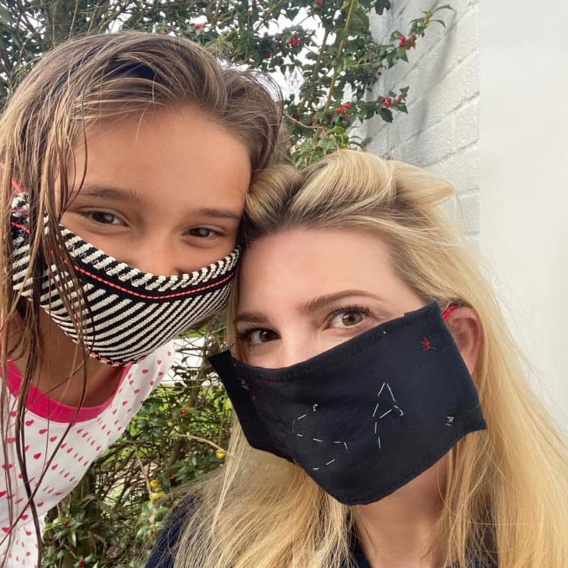 ▲伊凡卡在臉書上秀出和女兒一起戴 DIY 口罩的照片,呼籲大家配合防疫。(圖/翻攝自伊凡卡川普臉書)