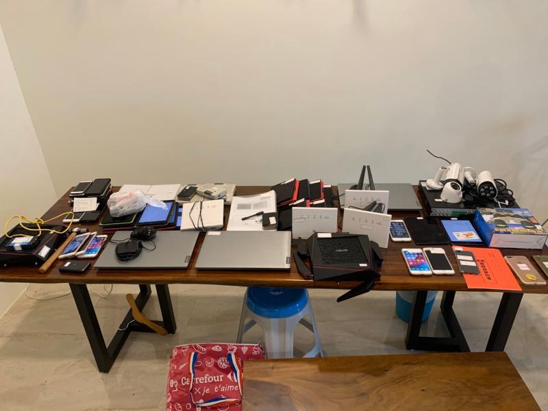 ▲刑事局今(13)日宣布在屏東縣恆春破獲一起專騙以住新加坡大陸籍 人士為詐騙對象的詐騙集團,當場扣得44萬元現金、進口休旅車、 教戰手則、大批手機、平板及筆電等證物。(圖/記者郭凱杰翻攝,2020.04.13)