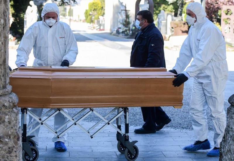 英國死亡病例破萬 殯葬業<b>屍袋</b>耗盡只能以「床單裹屍」