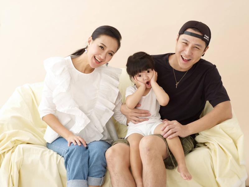 ▲何妤玟與邵天成(右一)宣布離婚。(圖/何妤玟臉書)