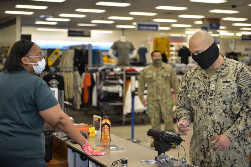 ▲新冠肺炎疫情嚴峻,美軍除航艦官兵染疫外,許多基地內的官士兵也配戴口罩執勤或購物。(圖/美國海軍)
