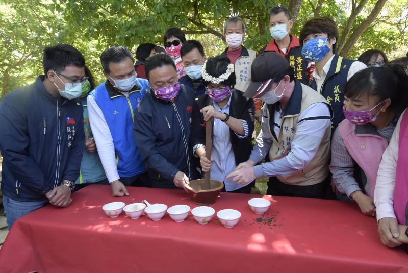 <br> ▲彰化縣長王惠美體驗擂茶。(圖/記者陳雅芳攝,2020.04.13)