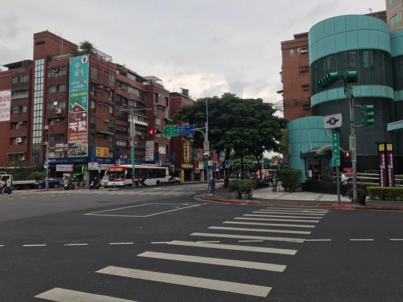 NOWNEWS0414_南港區玉成街生活機能方便,加上房屋產品多樣,對首購、換屋族都有吸引力。