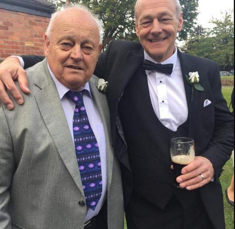 ▲來自英國的 60 歲男子理查(右),在短短時間內就因新冠肺炎痛失 3 位至親,包含他的父親(左)。(圖/翻攝自每日郵報)