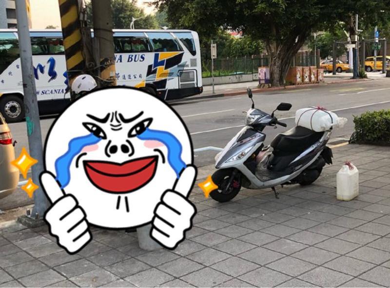 ▲有網友在 PTT 貼出一張照片,只見一位阿伯正用消毒水擦拭街上的垃圾桶,讓人看了很感動。(圖/翻攝自PTT)