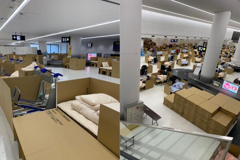 ▲日本東京成田機場取行李處出現大量紙箱床,供等待篩檢出爐的民眾過夜。(合成圖/翻攝@kazuki01282000 IG)