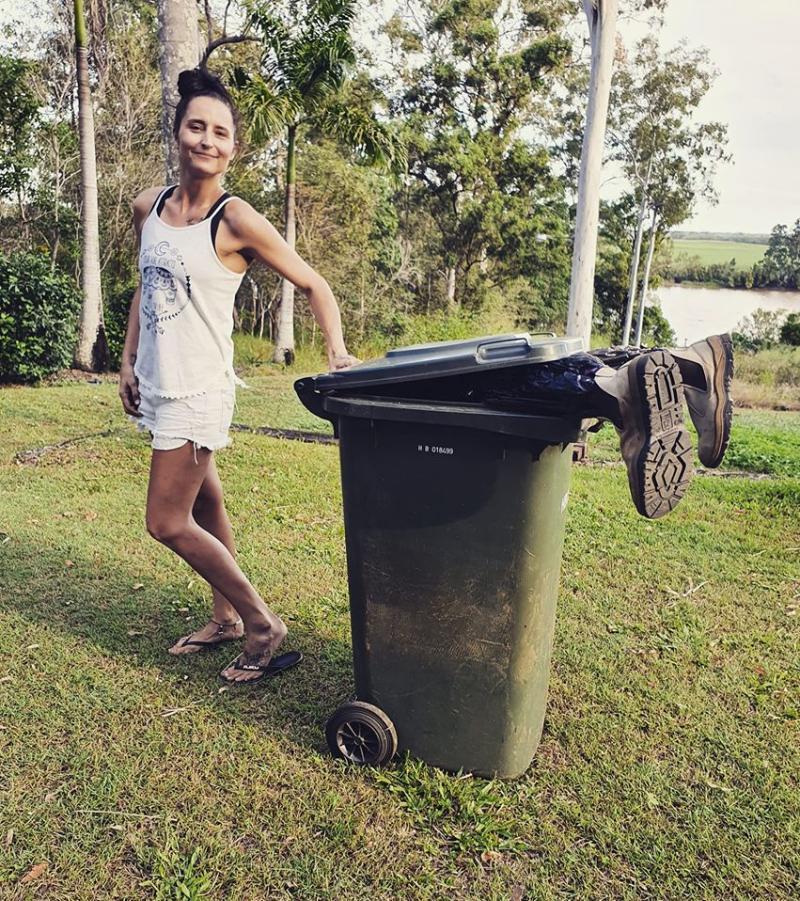 各國網友於臉書社團「Bin isolation outing」,分享穿著奇裝異服倒垃圾的照片(翻攝自臉書)