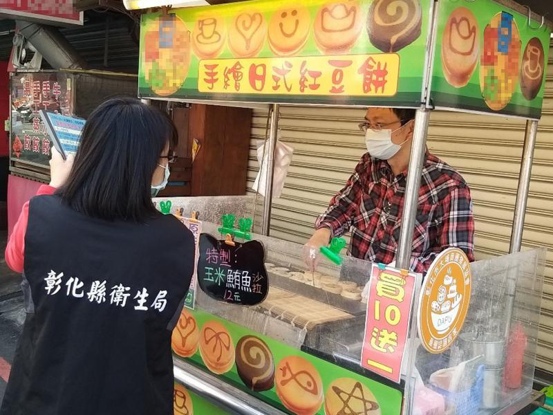 <br> ▲彰化縣食品衛生科長林毓芬表示,戴口罩主要是要防止飛沫傳染,工作人員戴一般口罩即可。(圖/記者陳雅芳攝,2020.04.14)