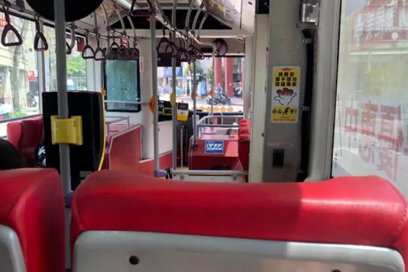 ▲公車司機見有乘客口罩沒戴好又咳嗽,主動停下車起身消毒座位。(圖/翻攝Dcard)