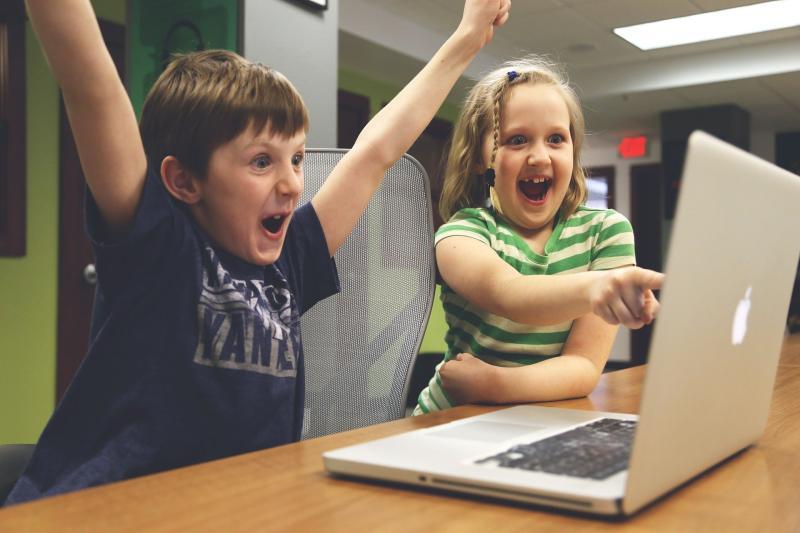 ▲新冠肺炎蔓延,不少學校停課,學生在家線上學習正夯。(圖/Pixabay)