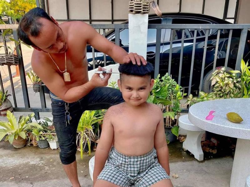 泰國髮型設計師Khon Prasit 想到奇招,幫小孩剪像金正恩一樣的香菇頭(圖/翻攝自推特)