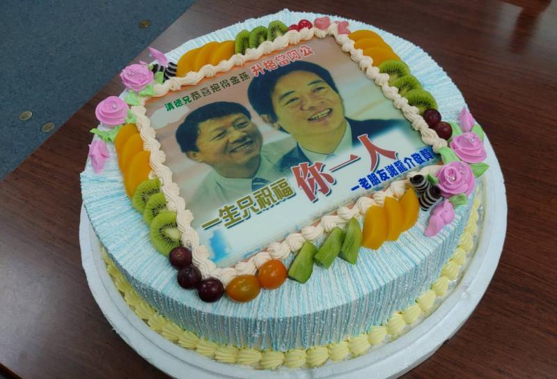 賴清德升格當「阿公」,昔日「老對手」謝龍介訂做蛋糕祝賀