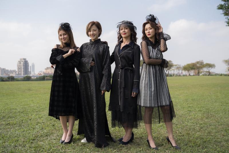 <br> ▲劉宇珊(左起)、張允曦、柯淑勤和陳珮騏穿黑衣在草原中拍戲,自嘲很醒目。(圖 / 東森提供)