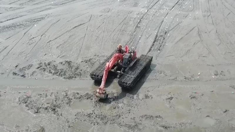 <br> ▲張姓阿伯是陷入泥濘地,船艇派不上用場,海巡人員發現附近剛好有挖土機在施工,緊急請挖土機來幫忙。(圖/記者陳雅芳攝,2020.04.15)