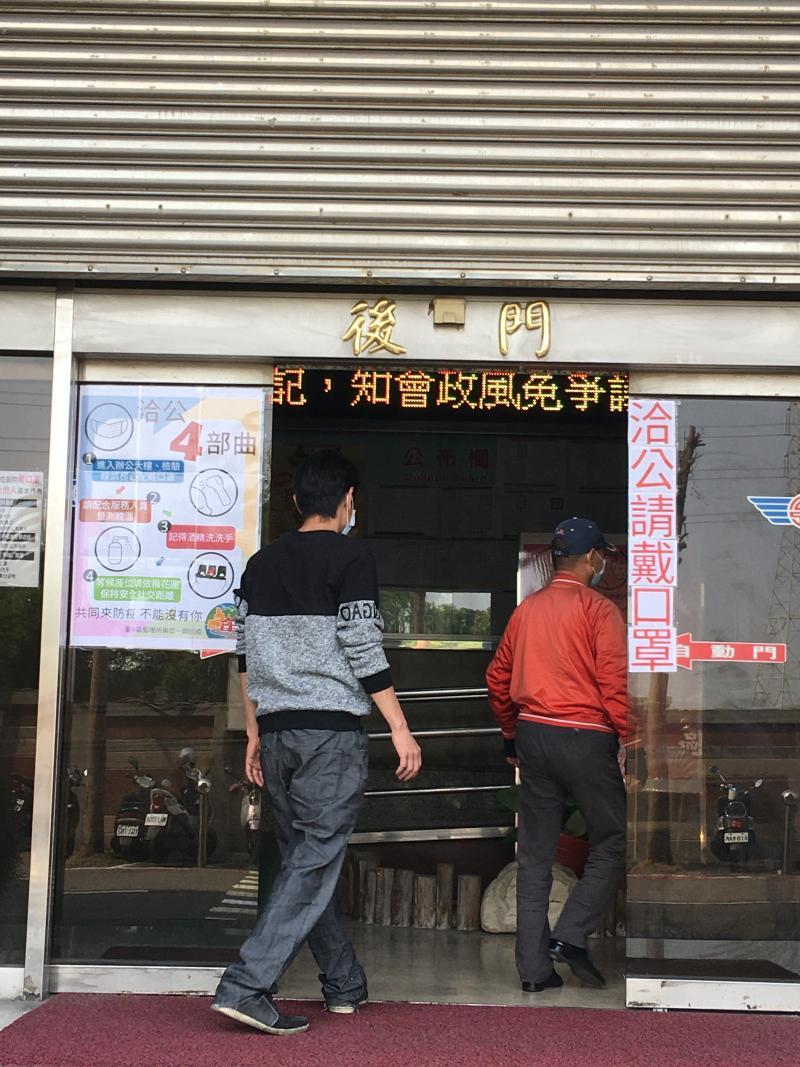 <br> ▲監理站也在公佈欄張貼標語,提醒民眾保持室外1公尺、室內1.5公尺的安全社交距離。(圖/記者陳雅芳攝,2020.04.15)