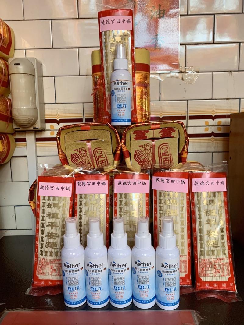 <br> ▲田中鎮民沈保君免費發送500瓶消毒液,讓民眾安心防疫。(圖/記者陳雅芳攝,2020.04.15)