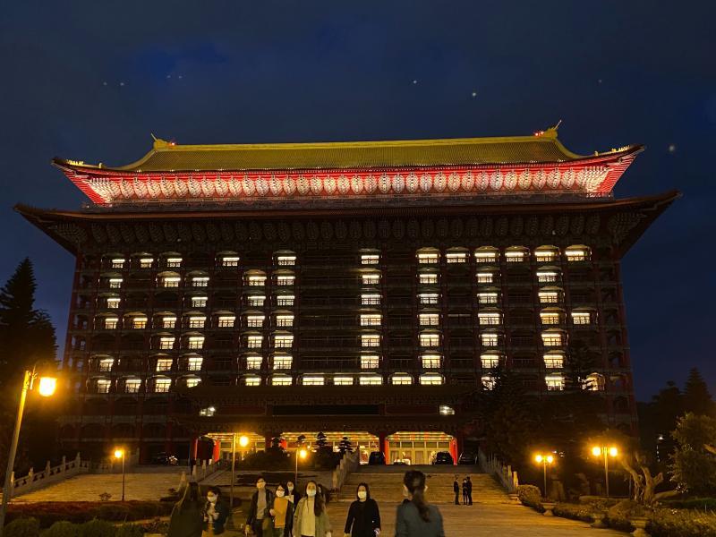 ▲圓山大飯店昨( 15 )日則再度在大樓外牆點亮「 SALUTE (敬禮)」字樣,向所有辛苦的醫護人員致敬。(圖/圓山大飯店)