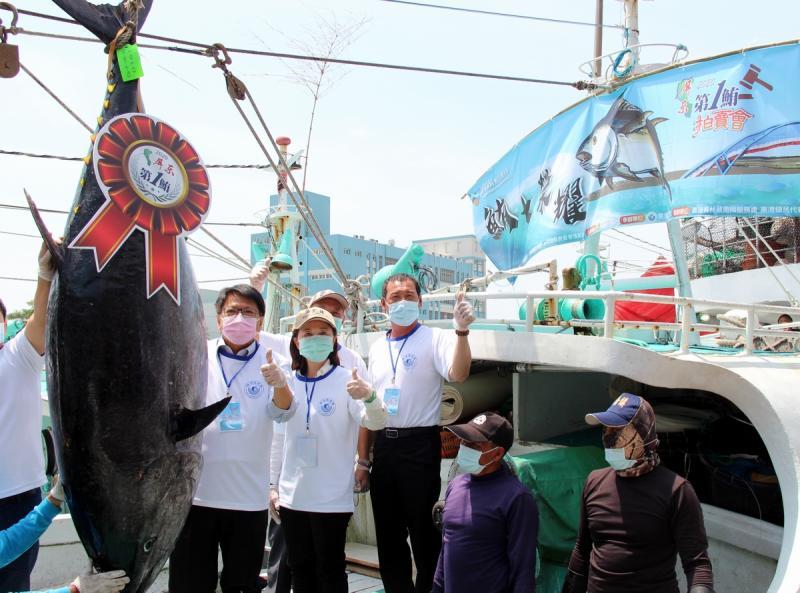 <br> ▲今年全台第一鮪的黑鮪魚身長226公分、重達254公斤,由東港籍漁船「宏吉財號」捕獲。(圖/屏東縣政府提供 , 2020.04.16)