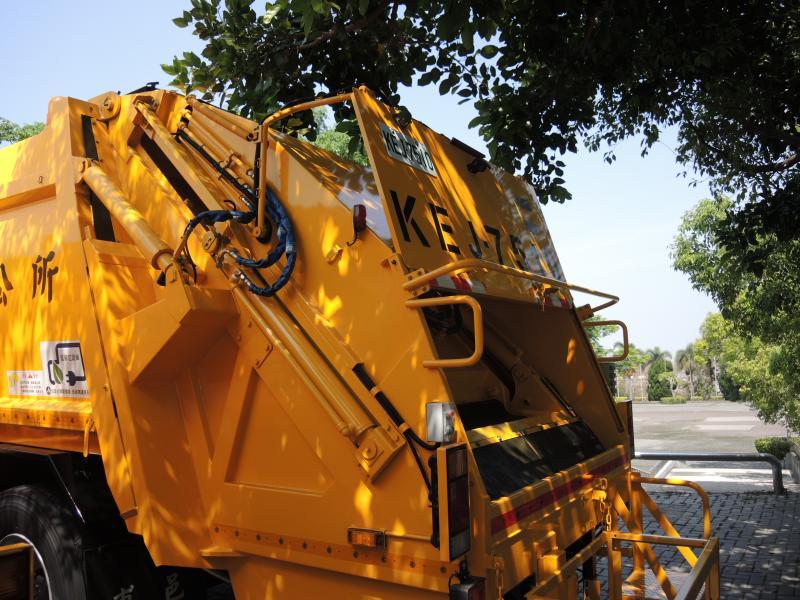 <br> ▲環保署購置新型密封壓縮式垃圾車給彰化縣,採電動壓縮,無怠速沒汙染。(圖/記者陳雅芳攝,2020.04.16)