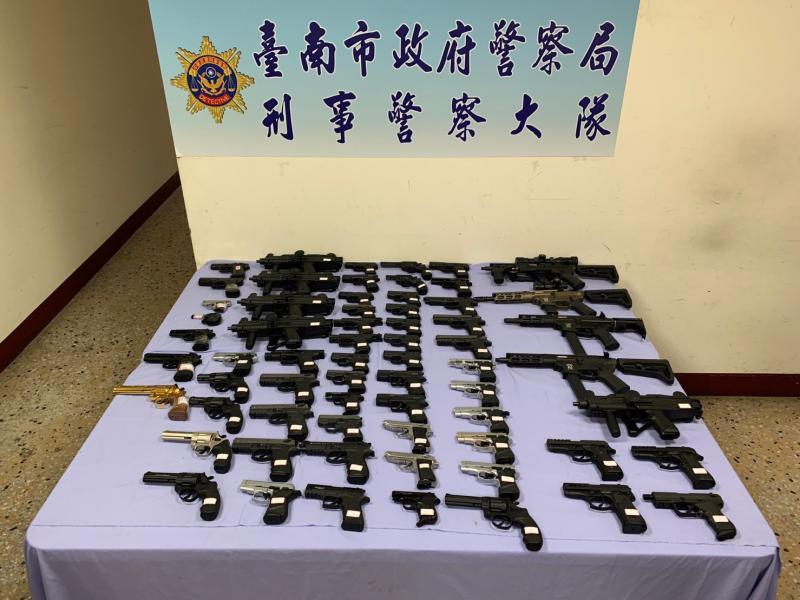 台南市警察局溯源破獲改造槍械集團,起獲各式改造長短槍及子彈、毒品一批