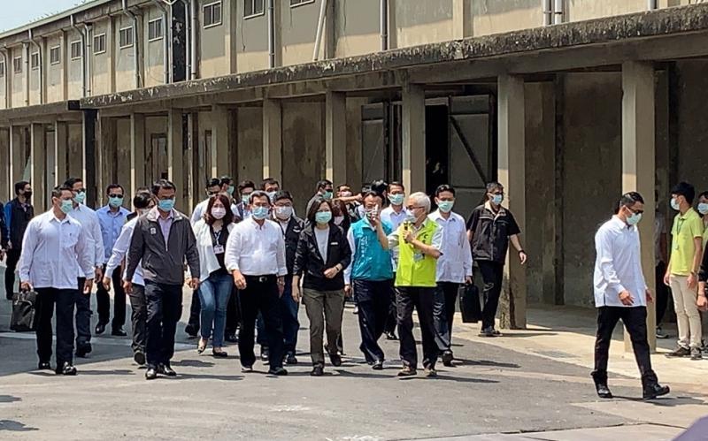 蔡英文總統在嘉義縣地區民代與首長的陪同,到新港鄉農會視察公糧倉。