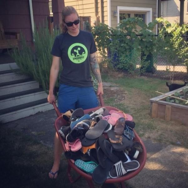 <br> 斯諾理偷來堆積如山的鞋子,只能讓馬麻用推車裝,並且一一還給鄰居失主(圖/IG@snorrithecat)