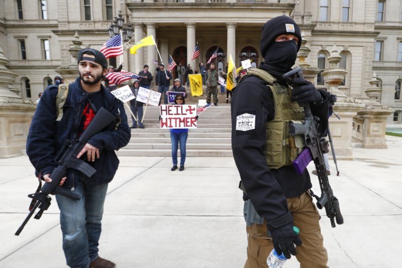 ▲密西根州部份民眾不滿政府延長封城,持槍上街抗議。(圖/美聯社/達志影像)