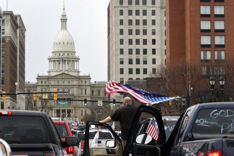 <br> ▲密西根州部份民眾在州議會大樓附近集會,抗議政府延長封城的決定。(圖/美聯社/達志影像)