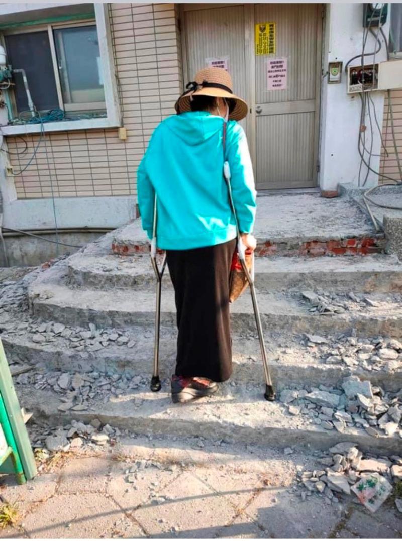 吳小姐患有小兒麻痺,行動不便,上下班被迫走崎嶇不平、施工中的樓梯。