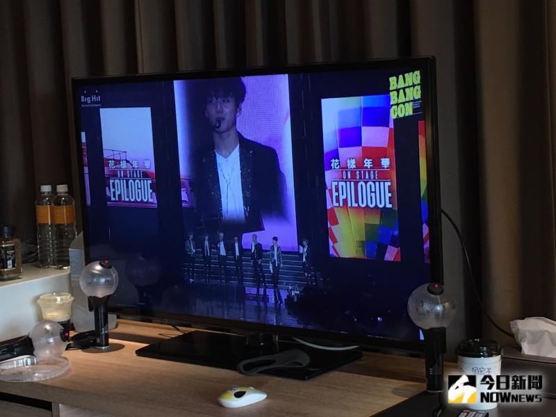 <br> ▲粉絲相約飯店,用46吋大螢幕收看BTS直播演唱會。(圖/讀者提供)