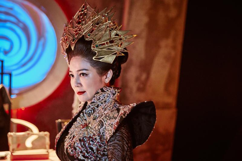▲王彩樺的頭飾有7公斤。(圖/民視)