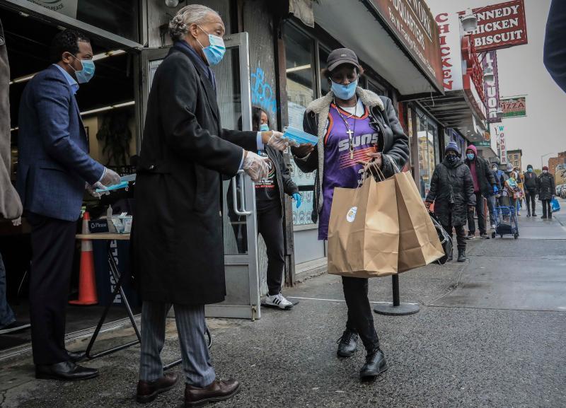 ▲紐約客開始配合規定戴口罩。(圖/美聯社/達志影像)