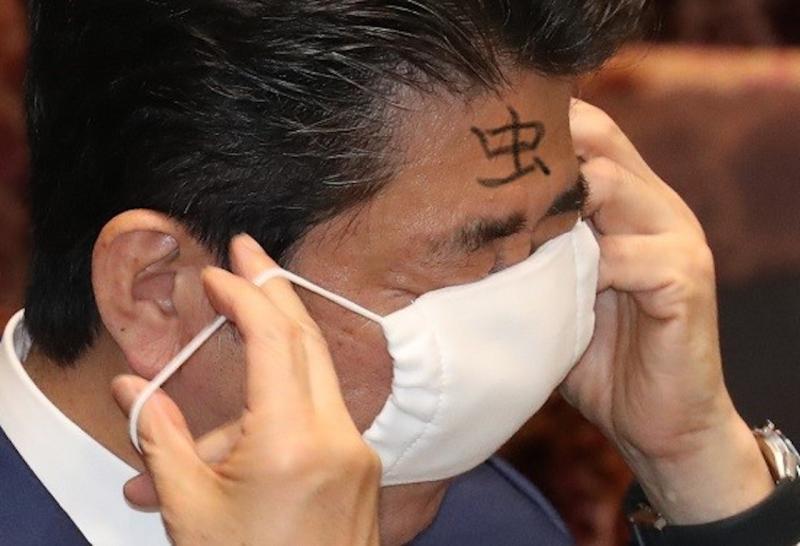 ▲日本首相安倍晉三戴口罩。2020/04/19。(圖/翻攝自推特@SaravaX)