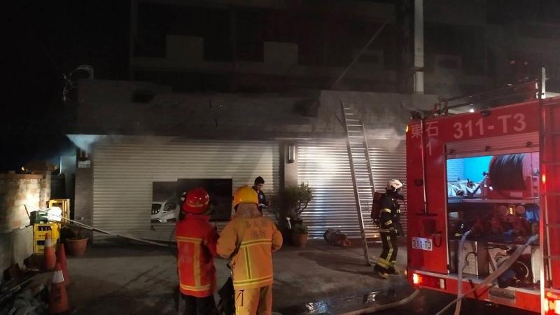 嘉義縣消防局緊急搭梯搶救。