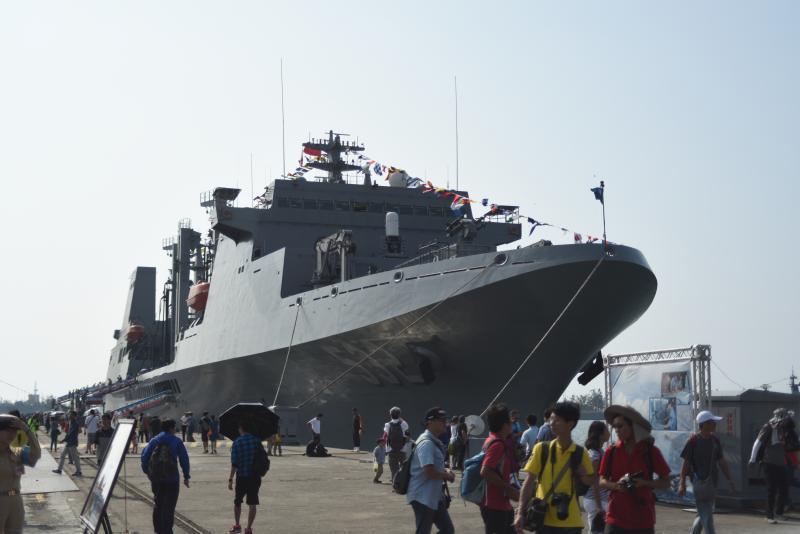 敦睦艦隊的磐石號油彈補給艦