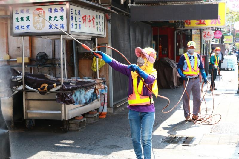 <br> ▲韓國瑜赴瑞豐夜市視察環境消毒及攤商暫停營業情形。(圖/高市府提供)