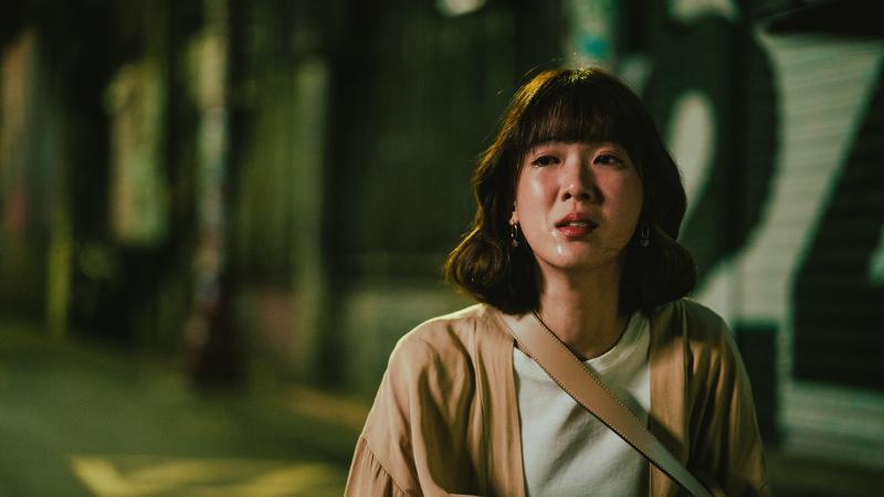方佳瑩(孫可方飾演)在街頭上大哭(1)
