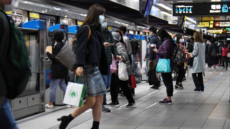 ▲受新冠肺炎疫情影響,不少民眾出門搭捷運等大眾交通工具都會戴上口罩。(圖/NOWnews攝影中心)