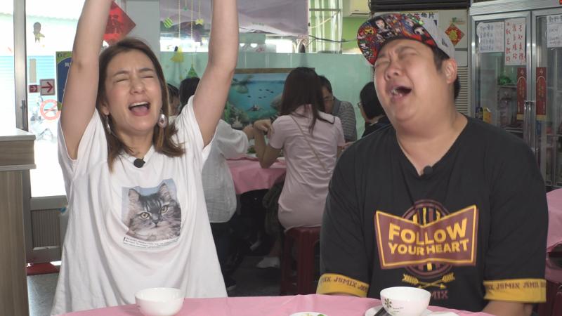 ▲哈孝遠(右)、莎莎開心吃生魚片。(圖/TVBS)