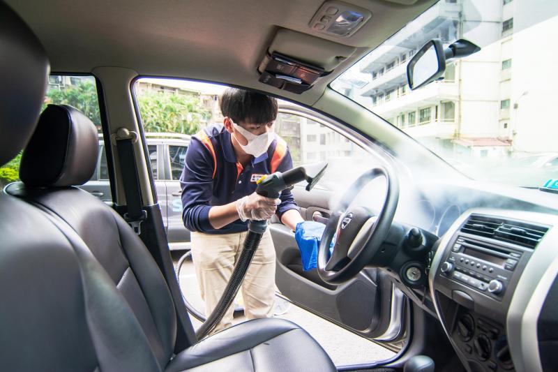 ▲Smart2go使用高壓蒸氣清洗機為車內消毒。(圖/格上租車提供)