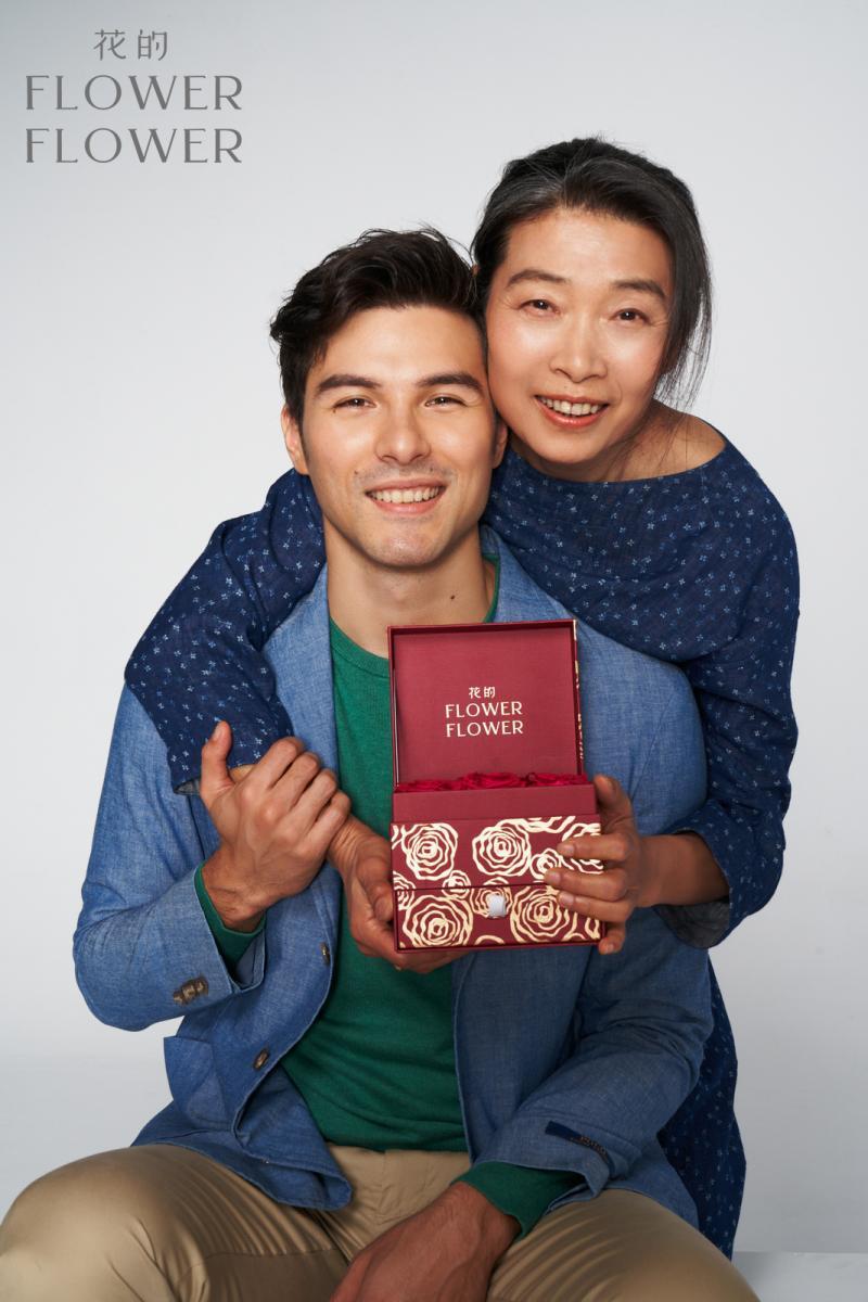 <br> ▲鳳小岳帶著媽媽一同拍攝宣傳照。(圖 / Flowewr Flower花的提供)