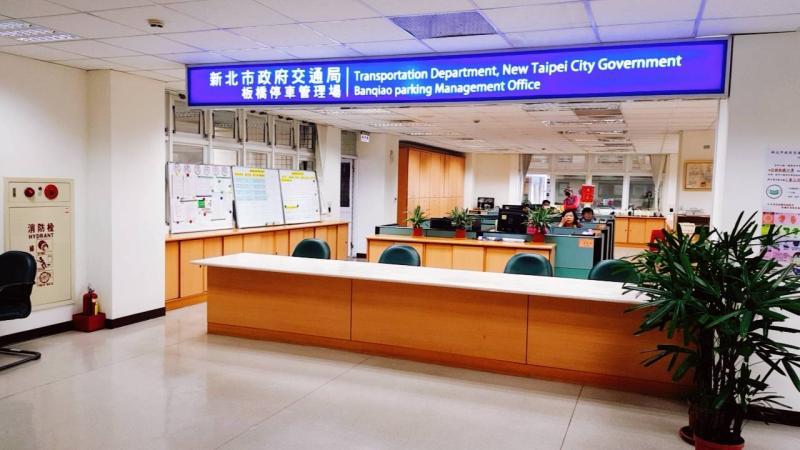 ▲新北市交通局於稅捐稽徵處大樓設置4個櫃檯,由專人負責受理防疫物資補助。(圖/新北市交通局提供)